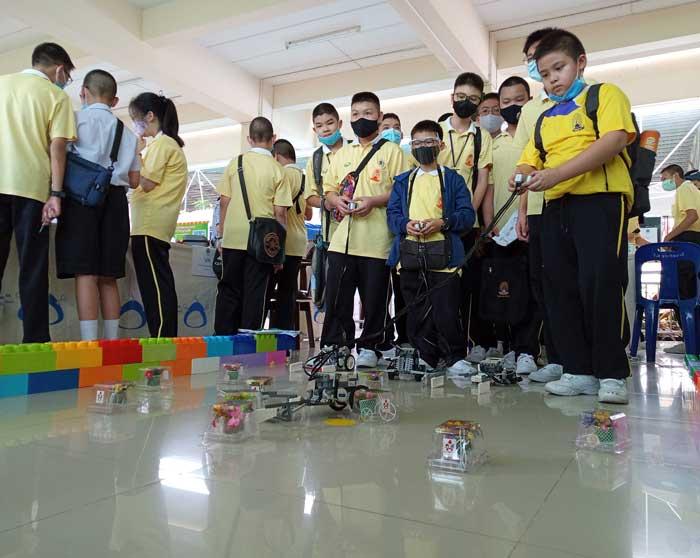 กิจกรรมออกบูธ เทคโนโลยีหุ่นยนต์ เนื่องในวันวิทยาศาสตร์และวันแม่แห่งชาติ ณ. โรงเรียน โรงเรียนสุคนธีรวิทย์ นครปฐม Rally ฝึกควบคุมหุ่นยนต์เก็บดอกไม้ให้คุณแม่นะครับ