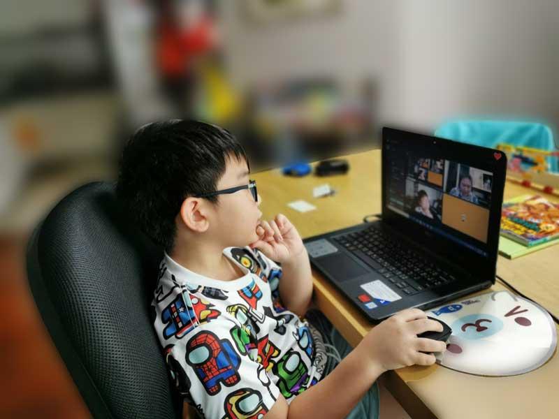 น้อง Hippo กำลังเรียน Lego Robot Online Coding Course อย่าง สนุกนะครับ น้อง Hippo เป็น เด็ก ประถม ที่ชอบ การเขียนโปรแกรม นะครับ